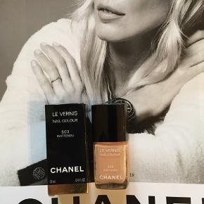 """Fin farve fra Chanel:  503 Inattendu. , kun prøvet på en gang. Kanten går et stykke over teksten """"les vernis"""" så den er næste helt fyldt . Toplåg og , asken følger medfølger.  Kan sendes med Postnord som brev for 20 kr ved mobilpay. Søgeord: nail polish nude beige pudder les vernis colour neglelakker neglelak inattendu"""