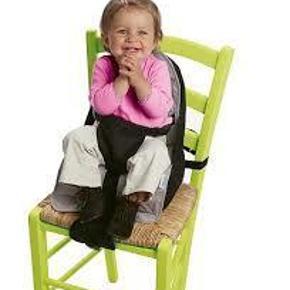 Brand: Baeba Varetype: Transportabel barnestol Størrelse: One size Farve: Grå Oprindelig købspris: 299 kr.  Travelling booster seat fra Baeba er perfekt når man er på farten med små børn.   Sædet kan fastgøres til alle stole på alle stole på ingen tid.  Barnet sidder sikkert og komfortabelt med bæltet og spændet mellem benene.  Betrækket er lavet i 100 % bomuld og kan maskinvaskes ved 30 grader.  Optager med sit oppustelige sæde meget lidt plads, når stolen ikke er i brug.