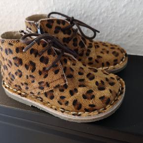 De sødeste støvletter, Med leopard mønster.  Støvlerne er ikke forede. Brugt 2 gange. Fra røg og dyre frit hjem.