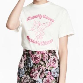 Som ny  Fed jaquard nederdel sort med pink blomster og skinnende tråde - glimmer - er svært at se på foto .... men er mega fed ❤️