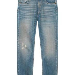 Brand: Gucci Varetype: Relaxed Jeans Størrelse: 29 Farve: Denim Oprindelig købspris: 5.700 kr. Kvittering haves. Prisen angivet er inklusiv forsendelse.  Blå denim jeans fra Gucci. Størrelse 29, low wasted relaxed fit, stonewashed denim.  Ben åbning 38cm  Fremstår fuldstændig ubrugt. Købt i London og sælges i perfekt købt stand med original tag samt kopi af kvittering. Nypris 5.700kr Sælges for 2.280kr inkl forsendelse