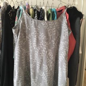 Så sød kjole. Den er købt brugt og jeg tænker den måske er hjemmesyet. Der fremgår 2 pletter på kjolen. Desværre. Jeg ved ikke om de kan fjernes. Den har det smukkeste og mest flatterende fald dog. Sælges billigt!😍