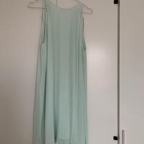 Rigtig flot kjole, der er brugt én gang før. Kan også passe en medium