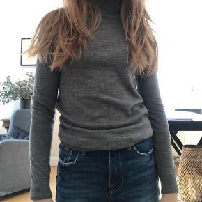 Rullekrave sweater fra little remix i grå. Np 800-1000kr. Mp 200-300