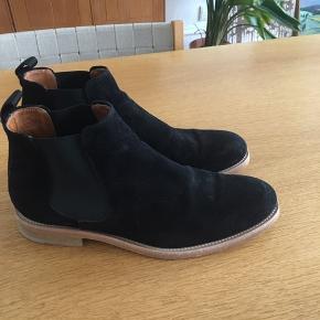 Skoene er kun blevet brugt udendørs én gang. De er næsten som nye.