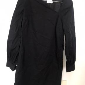 Sort kort kjole brugt en gang til galla så ingen slid eller pletter