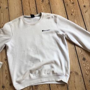 Champion sweatshirt - Blød og dejlig sweatershirt fra champion. Den er brugt, men fremstår i rigtigt fin stand.  - God dag :)