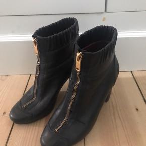 Næsten som ny/ god men brugt.  Rigtigt lækre støvler, stadig med fine såler indvendig og udvendig