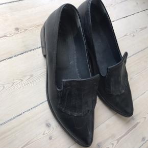 Super fine sko, der dog lige er en str for store til mig desværre. Standen er super fin, lidt brugstegn. Men ses ikke rigtigt. Pris: 200 (plus Porto eller afhentes i Vanløse/Frb.)