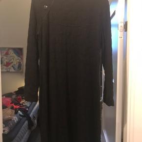 Flot kjole fra KO:KO et norsk mærke  Kun brugt få gange og fremgår flot.  Str 42   Pris 100 kr plus porto