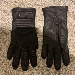 Lækre markberg handsker sælges..    De er i sort læder, og er str 6,5..    De er købt for små, så de er kun brugt en enkelt gang..   Mener nyprisen var 650.kr..     SE OGSÅ ALLE MINE ANDRE ANNONCER.. :D