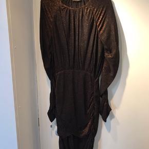 Flot Stine Goya kjole i bronze glimmer.  Brugt 2 gange. Meget størrelses svarende.