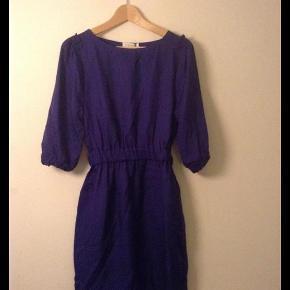 Varetype: kjole Farve: Dybblå Oprindelig købspris: 1800 kr.  Total fejlkøb!!    Flot dyb blå cocktailkjole i model Viola. Aldrig brugt, og ret ny. Søde 3 kvarte ærmer og flæser på skulder, med side lommer og elastik i taljen.    Materiale er: 43% Silke - 39,5% Cotton - 17,5% Wool      Mål er:  Længden 91 cm  Brystmål 2 x 40 cm    Skal den sendes udenfor DK, skal porto aftales med sælger,      ¤¤¤ BYTTER IKKE ¤¤¤