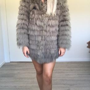 Sælger den smukkeste pels jakke som er lavet af vaskebjørn 🌸