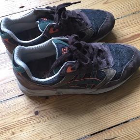 Gamle asics sneakers i en fed colorway. De er gået en del med for mange år siden, og ellers har de bare stået i skabet. De er lidt støvede
