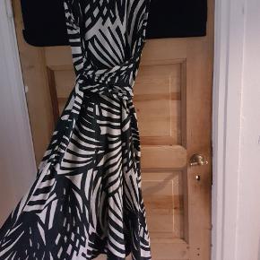 Smuk mønstret hørkjole. Skal prøves på. Brugt ganske få gange.