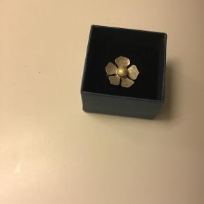 Sølvring med oxyderet blomst str.52, polsk håndlavet smykke, aldrig brugt! Nypris 1200,-  Sælges for 300,-