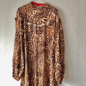 Smuk leopard kjole med smukke flæser. Har store pufærmer. Går mig til modtog læggen og er selv 180 høj.