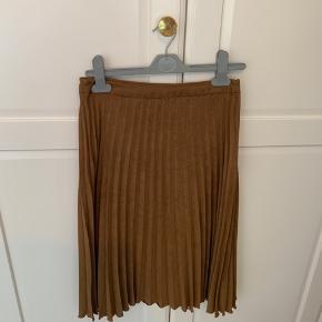 Pliseret Kunstig Ruskinds nederdel i brun