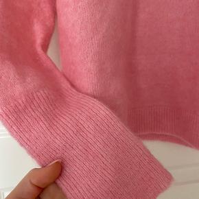 Sælger min pink strik fra second female, da jeg ikke får den brugt. Super god stand!