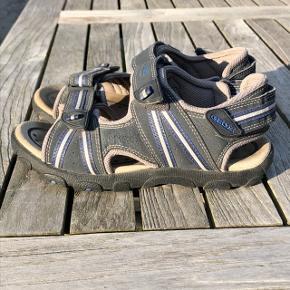 Super flotte blå sandaler fra Geox. Er i virkelig flot stand og er så fine stadig. Intet slid overhovedet. Str. 34, er store i str.  Pris 150 pp