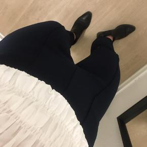 Sælger min fine Malene Birger bukser i mørkeblå.   Cropped bukserne er i et stretchmateriale, som giver en fornemmelse af struktur, er forsynet med brede stikninger forneden og en glat talje, som giver et strømlinet snit.   Jeg har brugt dem få gange, så de fremstår som nye.  Nypris er 1.199
