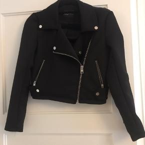 Lille jakke, ligner en læderjakke bare i stof. Nypris var 200kr. Fejler ingenting. Kom gerne med bud, køber betaler fragt hvis den skal sendes
