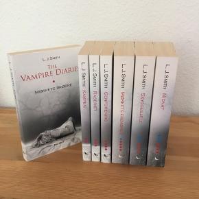 De første syv bøger i 'The Vampire Diaries' serien, på dansk. Forfatter: L.J. Smith. Meget velholdt stand.