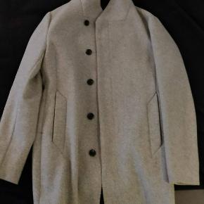 Frakken er af mærket Premium by Jack & Jones og er et år gammel. Jeg har brugt frakken ganske få gange og frakken er derfor i perfekt stand.