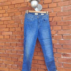 Denim bukser fra Only str 28/32.  Næsten ikke brugt, da jeg mest er til højtaljede bukser.   Befinder sig på Langeland, men kan efter aftale transporteres til enten Svendborg eller København. 🌼