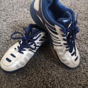 Brugt nogle gange, kun indendørs Str. 38 Leander badminton sko  Nypris 700kr