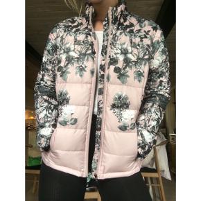 Sælger denne super smukke og virkelig bløde jakke fra mærket BK outerwear ❤️ Passer både M og L vil jeg sige ☺️