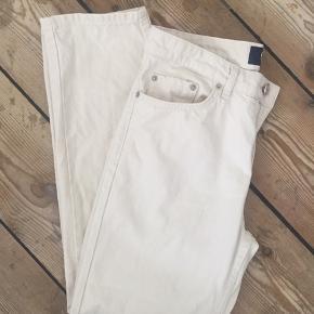 Eve jeans i off-white fra Wood Wood, str. 26. Rigtig fin stand og ingen brugsspor.  Nypris: 1000kr Bytter ikke. Kan sende med DAO, køber betaler fragt.