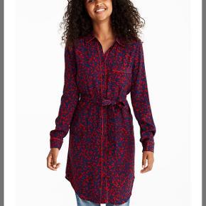 Flot kjole fra MBYM. Størrelsen er M, men er selv en str. S. Der er bindebånd med, så man kan stramme ind i talje.  Kjolen er brugt en enkelt gang. Nypris er 700 kr. Bud modtages fra 200 kr.   Afhentes i Aalborg C eller sendes med DAO.