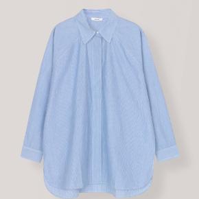 Sælger denne Ganni poplin skjorte. Brugt enkelt gang. Oversized i str. small / medium vil også kunne passe.   Nypris 1100 kr.
