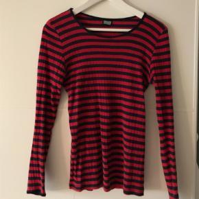 Varetype: Bluse Størrelse: ONE SIZE Farve: Sort,Rød  One size 101-bluse. God, men brugt - dog ingen tegn på slid!