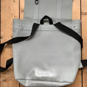 Den gamle model og derfor har den en computerlomme indeni i stedet for blot et stort rum - den er en del slidt, men det er en virkelig god taske!