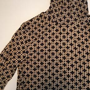 Flot højhalset bluse fra H&M x Richard Allan. Sælges for 80 kr.