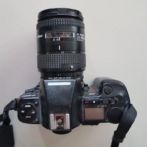 Pris er inklusiv kamera og objektiv. Dette kamera har jeg selv købt fra genbrug for 1000 kr., men da jeg aldrig får det brugt vælger jeg at sælge det.