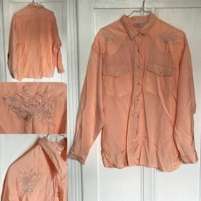 Lyserød/laksefarvet vintage skjorte. Er stor (oversize), men fungerer fx godt stoppet ned i et par bukser.  Har en mindre mørk streg på den ene side - se billede.