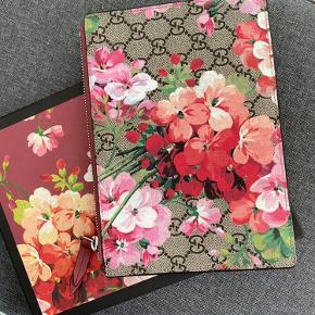 Super smuk cherry blossoms clutch fra Gucci. Udgået model. Kun brugt en enkel gang. Fremstår helt perfekt i standen.  Medfølger kasse, tags og dustbag.   Bytter ikke og skambud ignoreres.