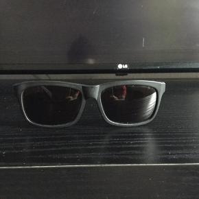 Flotte Prego solbriller, til mænd, sælges..    De er helt nye, og ubrugte..    Sælges da jeg må erkende jeg aldrig får dem brugt..    Nyprisen ligger på ca 800.kr, så vidt jeg husker..    Dansk design, der bliver håndlavet i i Italien...    Lækker kvalitet, og flot design, til få penge..     SE OGSÅ ALLE MINE ANDRE ANNONCER.. :D