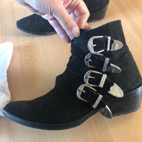 Toga Pulla støvler i sort ruskind. Rigtig pæn stand. Dustbag medfølger
