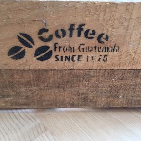 Flot gammel kasse, trænger til at blive støvet af. Højde 17cm., bredde 31cm, længde 49cm  BYD