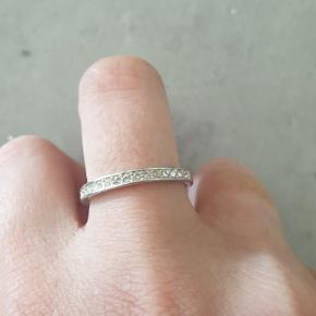Smuk ring fra Swarovski. Fejler ingenting. Str. 53