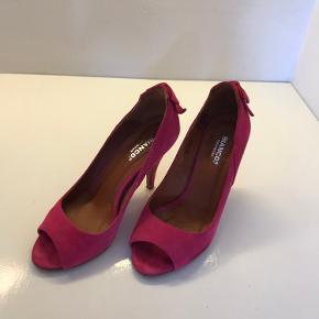 Pink ruskinds stilletter / heels / sandaler i str. 38. Læder indeni som udenpå. Brugt få gange, og fremstår derfor virkelig pæne. Skoæske med nye tipper medfølger.  Nypris 600kr.