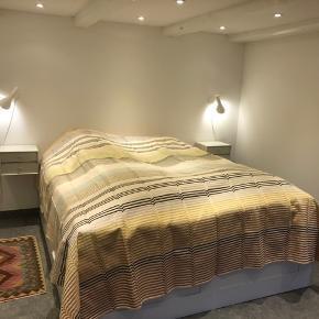 Stort smukt sengetæppe  Sengen på billedet er 180x200 så passer også til større senge.  Køber betaler fragt - kan også afhentes i Gentofte og/eller Østerbro efter aftale.  Ønsker man at se flere billeder, så kontakt mig endelig :)