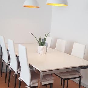 Spisebord 200×100×73 6 hvide stole med sort benstel  -bordet har små ridser (se billederne) - nogle af stole er der nogle små brugstegn på  Afhetes i Randers NØ