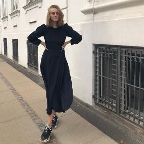 Helt ny 100% leocyll. Lang midnatsblå kjole fra ArtFusion Copenhagen.  Kun brugt på billederne.  Meget lækkert stof, som sidder let og elegant.  Nypris: 2199   🚫 BYTTER IKKE 🚫