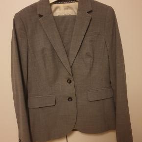 Flot business wear sæt  Størrelse 8p = medium Størrelse 6P = større small størrelse Sælges renset!  Sælger nederdel i samme farve i anden annonce!